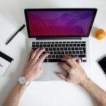osoba pisząca na komputerze